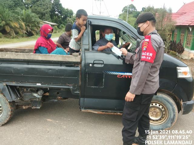 Polsek Lamandau sosialisasaikan prokes di jalan utama Kelurahan Tapin Bini