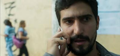 Jamil (Renato Góes) receberá a ligação com ameaças do capanga do sheik em Órfãos da Terra