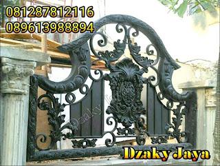 Pemasangan pagar besi tempa di Pondok Indah, Jakarta Selatan.