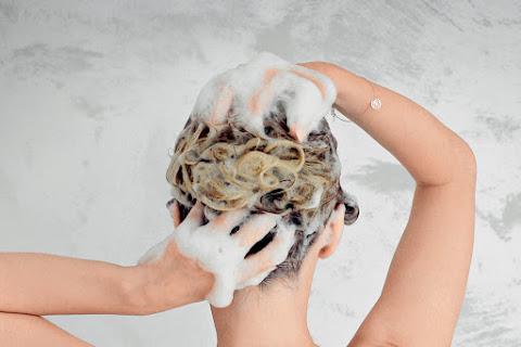 Jak prawidłowo myć włosy i skórę głowy? - czytaj dalej »