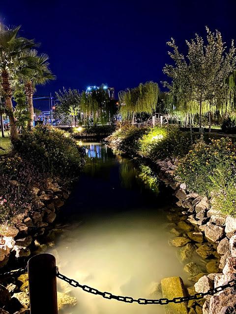 Парк Фетхие ночью. Красивый канал в окружении зелени и деревьев.