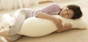 Apa Manfaat Kesehatan Tidur Dengan Menggunakan Guling ?