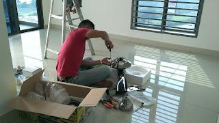 Warih Homestay : Kontraktor Sedang Memasang Kipas