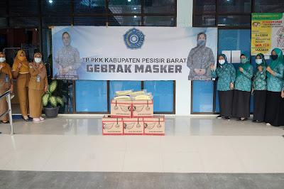 """Cegah Penyebaran Covid-19,  Pjs. Ketua  TP. PKK Pesisir Barat Lakukan Kegiatan """"Gebrak Masker"""""""