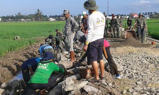 Cuaca Tak Mendukung Bukan Penghalang Warga dan Personel TMMD Kodim 1404/Pinrang