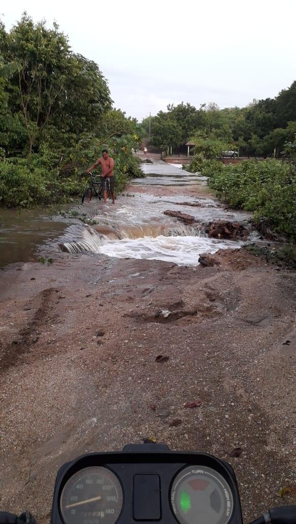 Chove 108 mm em Quiterianópolis; em Ubajara, chuva alaga ruas e invade casas