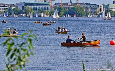 Ausflug mit dem Boot auf der Alster in Hamburg