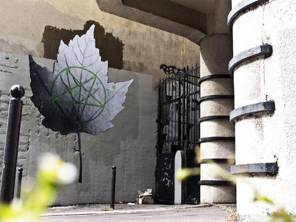 ludo autumn leaf new street piece in paris france streetartnews streetartnews. Black Bedroom Furniture Sets. Home Design Ideas