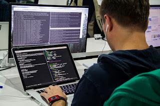 برنامج على أجهزة الكمبيوتر وأجهزة الكمبيوتر المحمولة والأجهزة اللوحية والهواتف