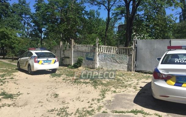 У Києві загинув чоловік, впавши з будинку