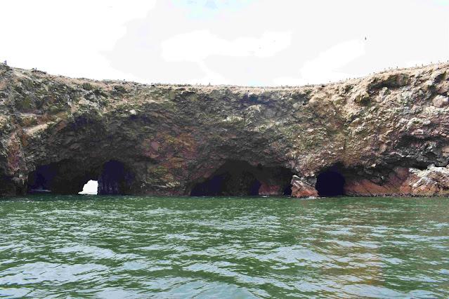 mar calmo com rochas na costa