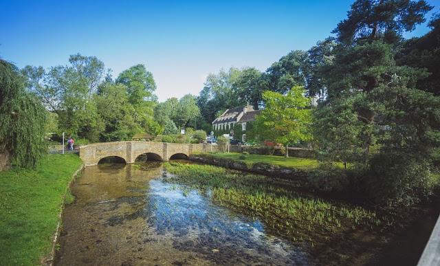 Làng Bibury như một phiên bản chân thật nhất cho những ngôi làng người ta thường viết trong văn học Anh nổi tiếng. Ngoài nét bình dị, trầm buồn bao trùm mọi nơi, người dân làng Bibury đã điểm tô cho quê hương mình thêm những màu sắc tươi vui, để nơi đây như một bản vẽ được tạo nên bởi màu sắc hài hòa: màu nâu trầm của ngôi nhà cổ, màu xanh của những cây dây leo bám chặt trên tường và cả sắc hồng, vàng của các loài hoa đua nhau nở rộ.