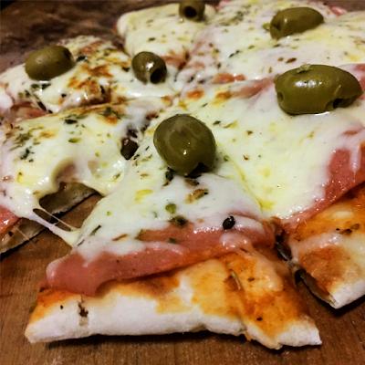 Jamón y Queso - Salsa, Muzarella, Jamón vegetal y Aceitunas - 55.000