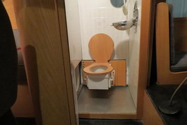 Detall del lavabo amb wc pivotant per alliberar espai a la dutxa