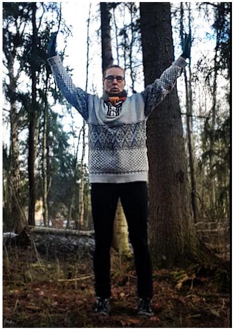 Facebookin videosta kohta, jossa kirjoittaja on suorittamassa harjoitusta ulkona luonnon keskellä.
