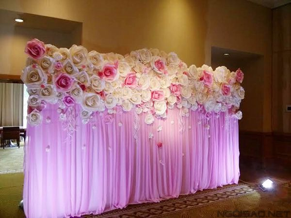Flower power 15 awesome wedding flower walls lots of for Decoracion de oficinas con plantas