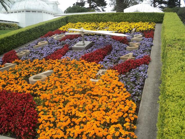 relogio desenhado com flores coloridas de um jardim
