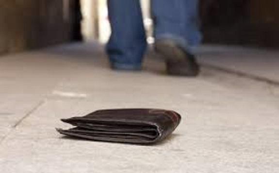 Έκκληση από νεαρό που έχασε το πορτοφόλι του χθες το βράδυ στο Ναύπλιο