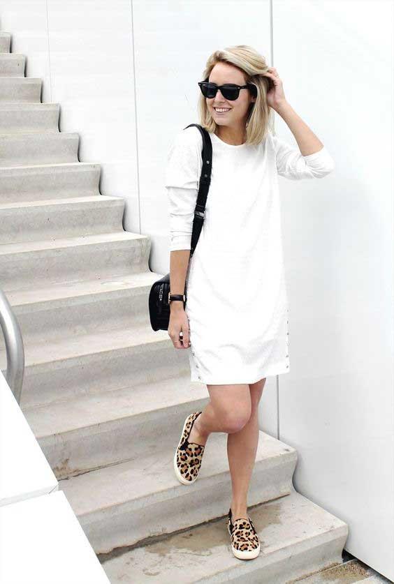 Vestido curto branco e tênis de oncinha