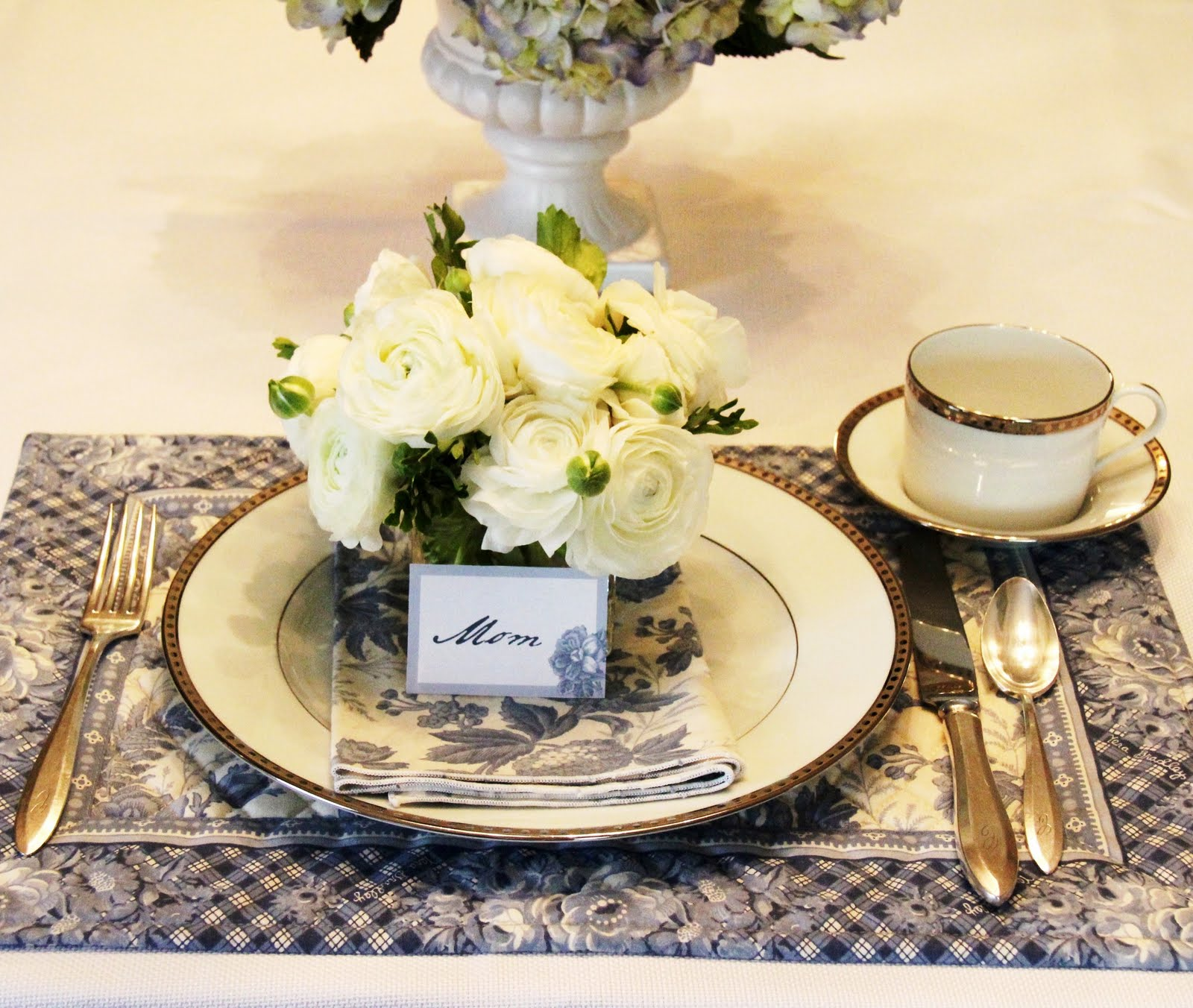 Centerpiece A Brunch Deserves Beautiful Yet Simple Using Garden Flowers Such As Hydrangea Is Always Nice Choice