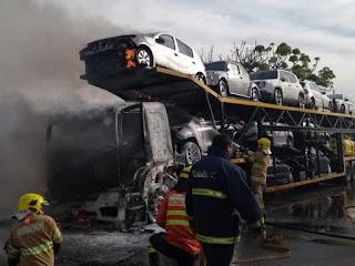Caminhão-cegonha pega fogo na Epia, no DF