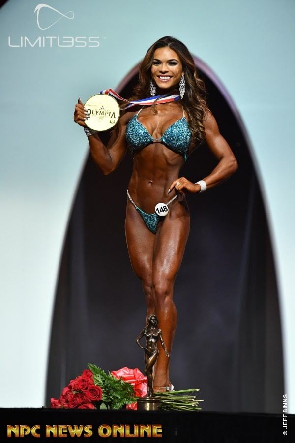 Elisa Pecini posa com a medalha de ouro da categoria Bikini Olympia. Foto: NPC/Jeff Binns