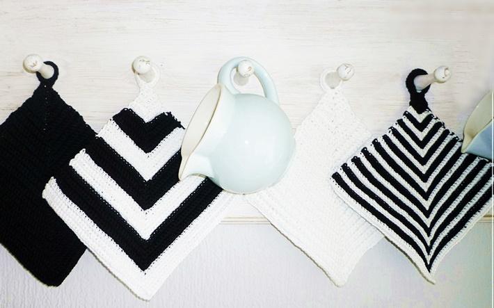 vier gehaekelte Topflappen in Schwarz-Weiß