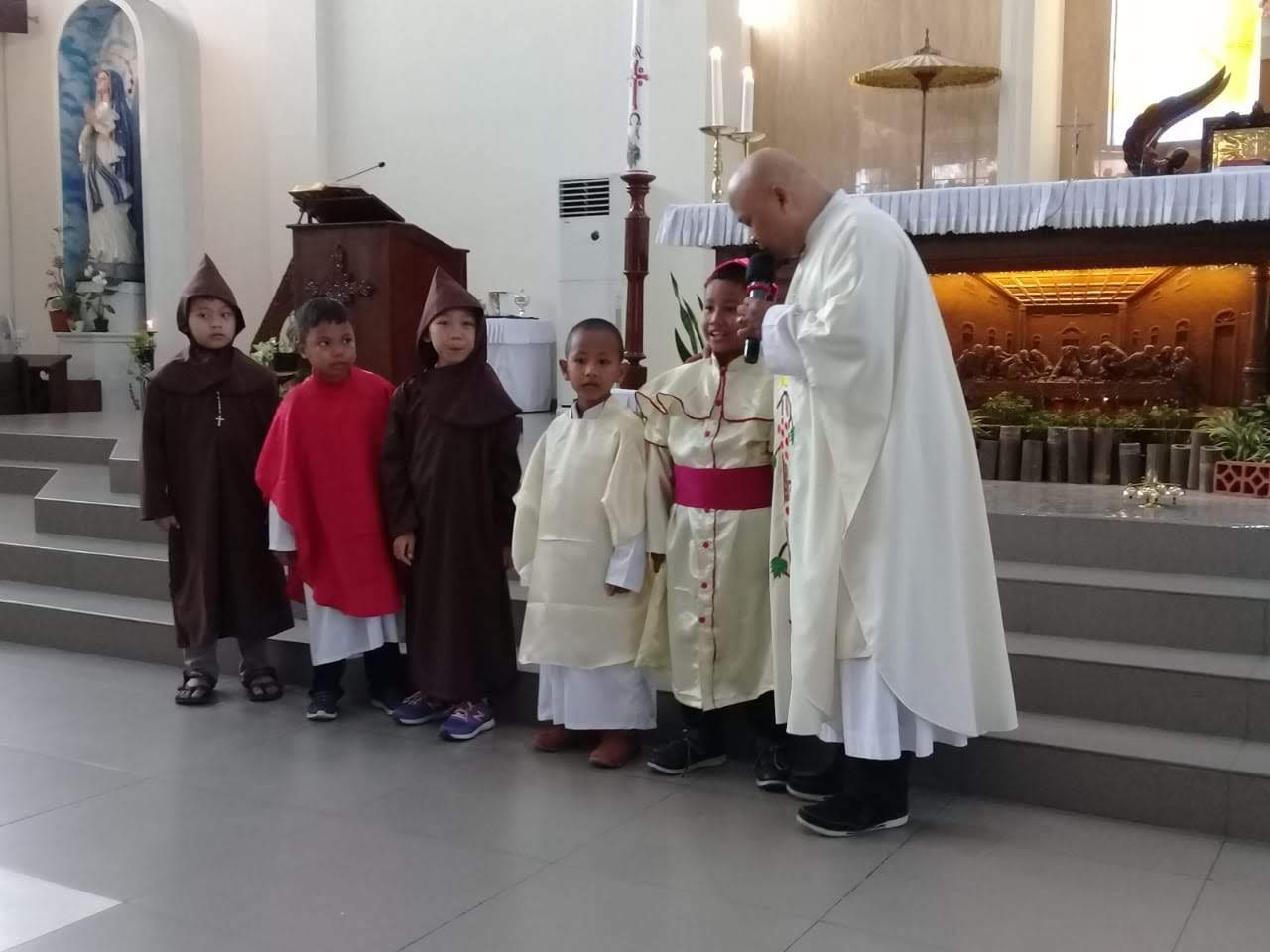 RD. Aloysius Dwi Prasetyo bersama anak-anak Sekami Santa Maria Kartasura yang berkostum bak romo dan suster