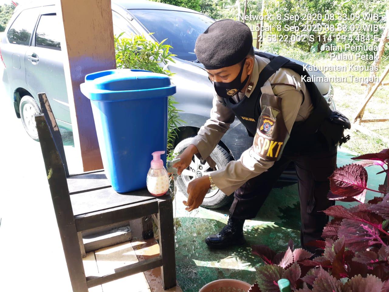 Memutus Penyebaran Covid-19, Piket Jaga Polsek Pulau Petak Laksanakan Penyemprotan Desinfektan