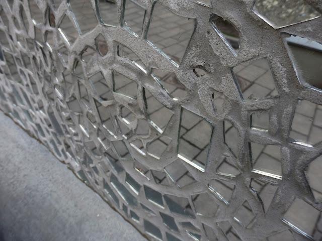 """Fragmenty luster, część instalacji """"Pasaż Róży"""""""