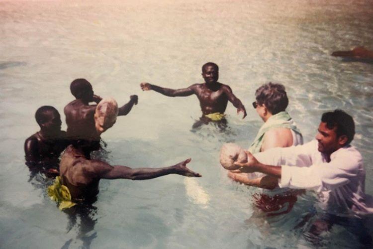Kabile ilk kez 90'lı yılların sonunda dış dünya temas kurdu.