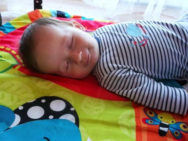 Szymek, 3 miesiące na macie edukacyjnej bright starts