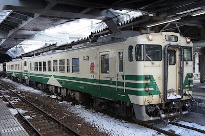 秋田駅停車中の男鹿線用キハ40系