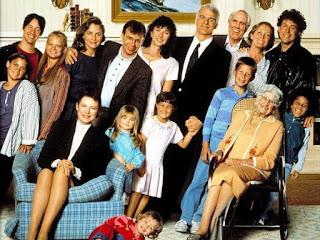 Martha y Keanu, juntos, arriba a la izquierda, con el cast de 'Dulce hogar… ¡A veces!'