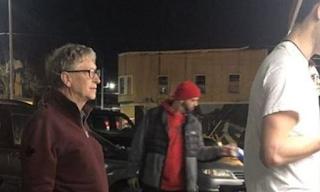 O Δισεκατομμυριούχος Μπιλ Γκέιτς πήγε στην ουρά και περίμενε για να πάρει Μπέργκερ και πατάτες