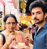 योगेंद्र विक्रम सिंह अपनी माँ के साथ | Yogendra Vikram Singh with her mother