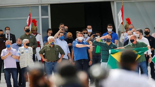 Bolsonaro vai a manifestação em frente ao Palácio do Planalto