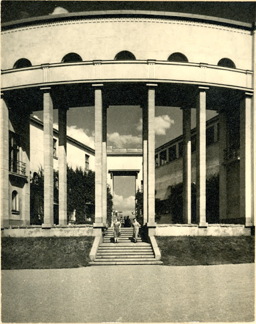 Mustavalkoinen valokuva museorakennuksen pylväiköstä.