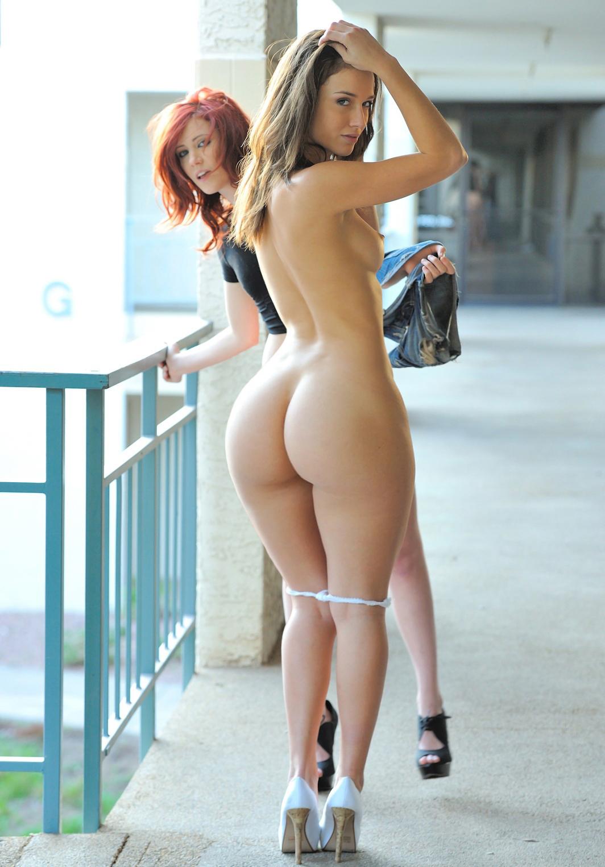 Видео голая девушка с красивыми бедрами гуляет, по очереди имели