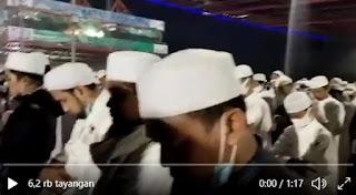 Merinding! Suasana Shalat Subuh di Bandara Cengkareng Sambut Kedatangan HRS
