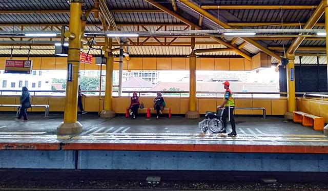 Jempol ! Sigapnya Petugas Keamanan Dalam Commuter Line Membantu Penumpang
