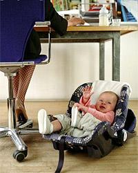 Молодая мама работает после декретного отпуска