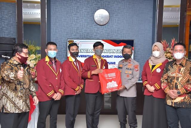 Polda Lampung menerima bantuan 1500 peket sembako dari Universitas Teknokrat Indonesia untuk disalurkan ke masyarakat terdampak Covid-19