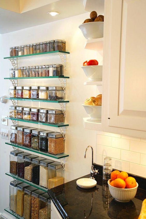 prateleira de vidro com temperos cozinha