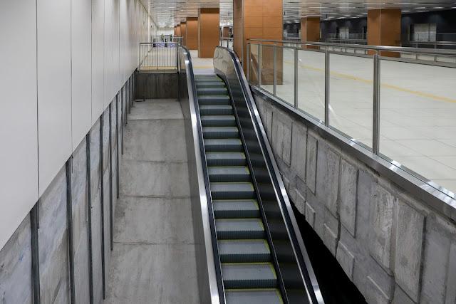 Cầu thang cuốn từ tầng B1 xuống tầng B2