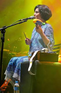 Fernanda Takai se apresenta com a banda Pato Fu no dia 2 de julho em Uberaba