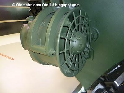 Suda güç arkadaki iki motordan/pervaneden alınıyor