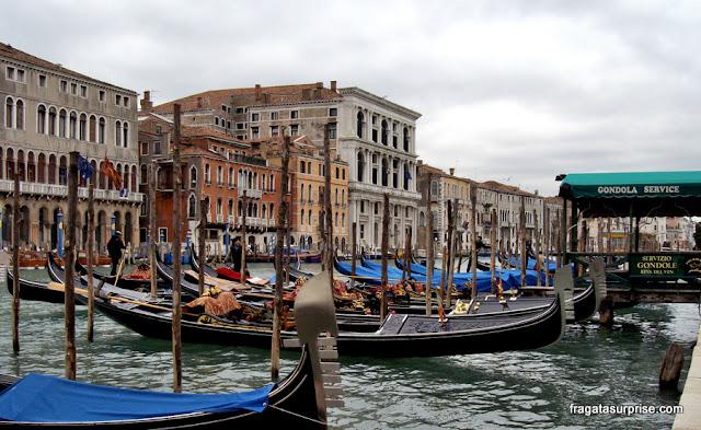 Gôndolas atracadas em um canal de Veneza