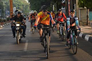 Kapolres Cirebon Kota Gowes Bareng Bersama  Jajarannya  Untuk Bhakti Sosial Dan Silaturahmi Dengan Warga