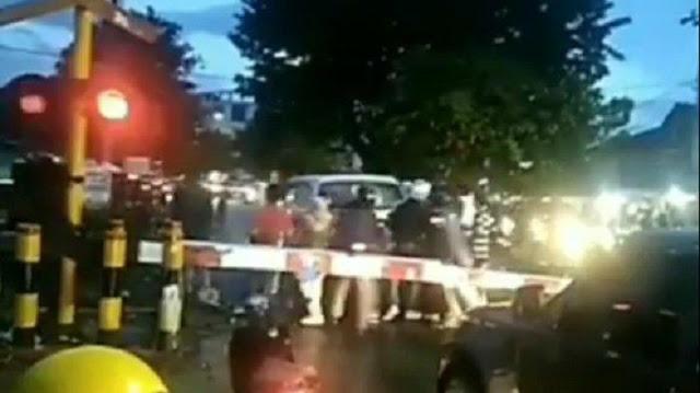 Viral Detik-detik Penyelamatan Mobil Terjebak di Tengah Perlintasan Rel Kereta, Sebabkan Kepanikan